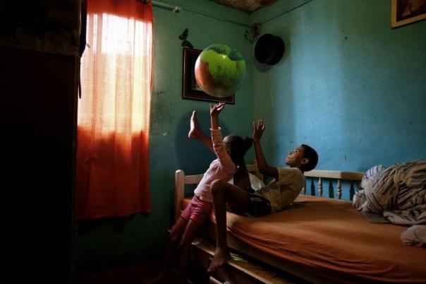 Niño jugando con la bola/ Foto: sub coop El País